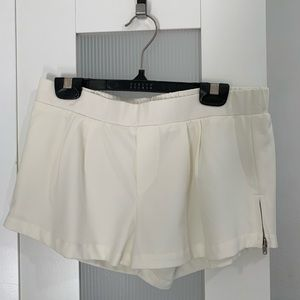 Silence & Noise off-white short with zipper detail
